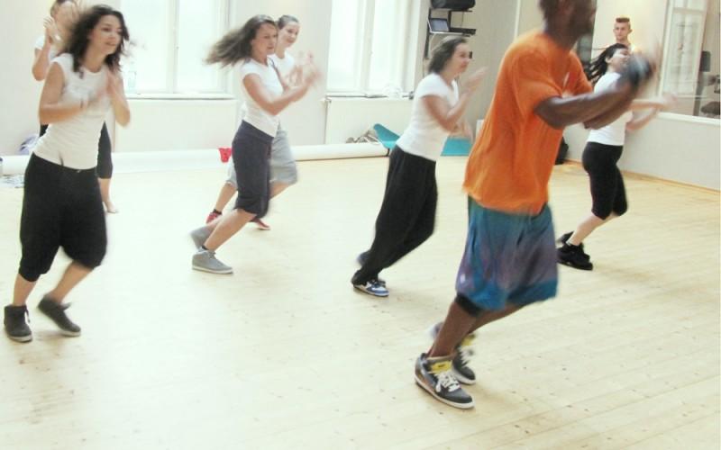 Foto: Bigsmile Stunde (c) Kovacec. Die Tänzer vom Bigsmile Club arbeiten an ihrem Pick Up.